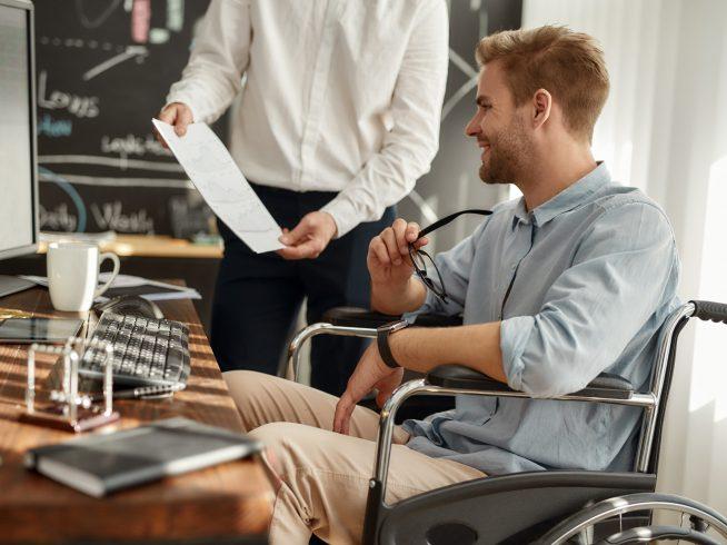mężczyzna na wózku