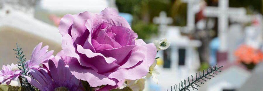 Podpowiadamy jakie świadczenia przysługują po śmierci najbliższego. Kwiaty